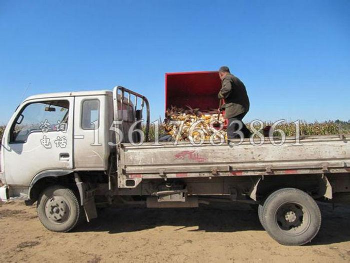 拖拉機收玉米機器